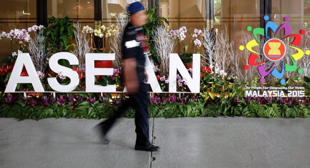Policía malasio camina cerca de un logo de ASEAN en Kuala Lumpur, Malasia