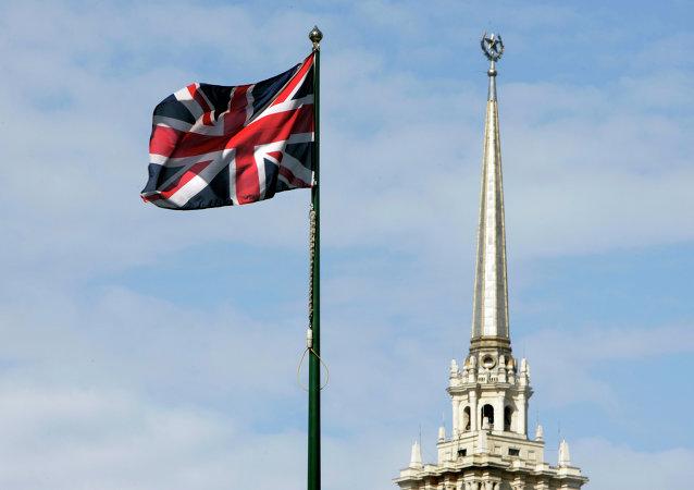 Bandera del Reino Unido en la embajada del país en Moscú