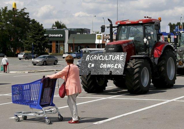 Agricultores belgas bloquean con sus tractores la entrada a un supermercado durante una protesta en Bruselas, el 31 de julio, 2015