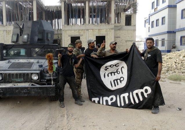 Fuerzas de Seguridad de Irak con la bandera del Estado Islámico en la provincia de Anbar, el 26 de julio, 2015