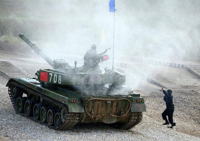 Torneo de biatlón de tanques en Alábino, región de Moscú, el 5 de agosto, 2015