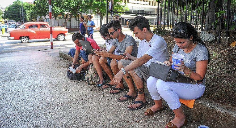 Cubanos se conectan a internet en una calle de La Habana