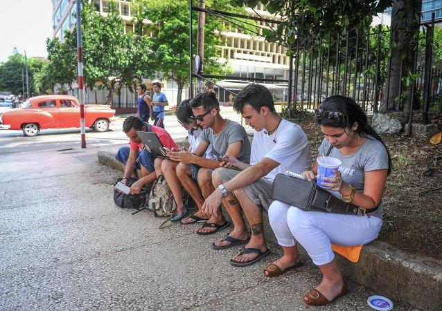 La gente usando el wifi gratis en la calle (imagen referencial)