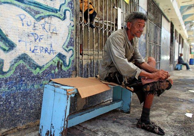 Un hombre sin hogar en Viejo San Juan (Puerto Rico)