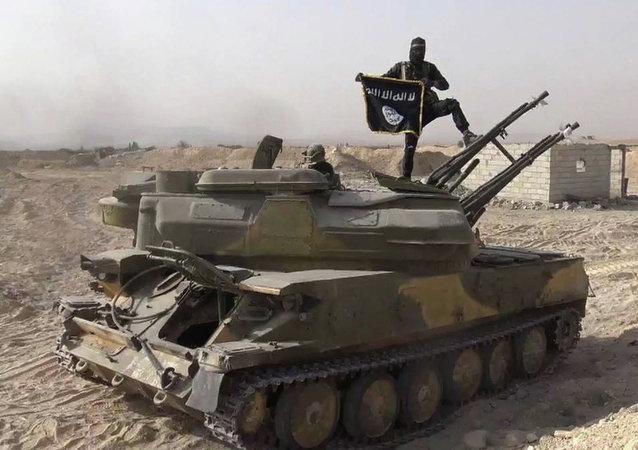Militante de EI sobre un tanque capturado de las fuerzas gubernamentales de Siria en el poblado de Qaryatain, Siria, el 5 de agosto, 2015