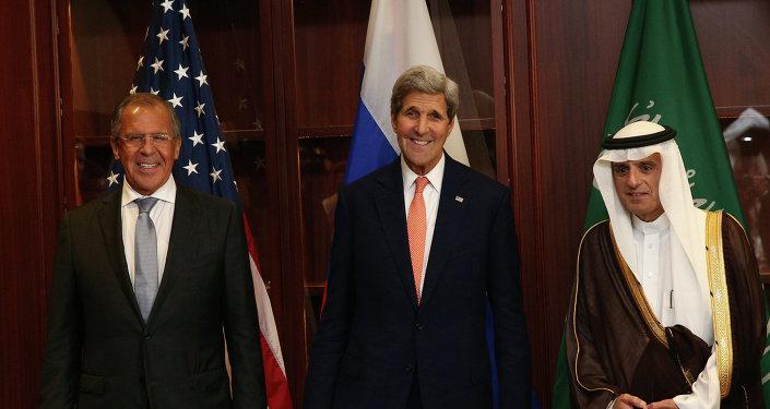 Serguéi Lavrov, ministro de Asuntos Exteriores de Rusia, John Kerry, secretario de Estado de EEUU, y Adel al Jubeir, ministro de Asuntos Exteriores de Arabia Saudí, en Doja, el 3 de agosto, 2015