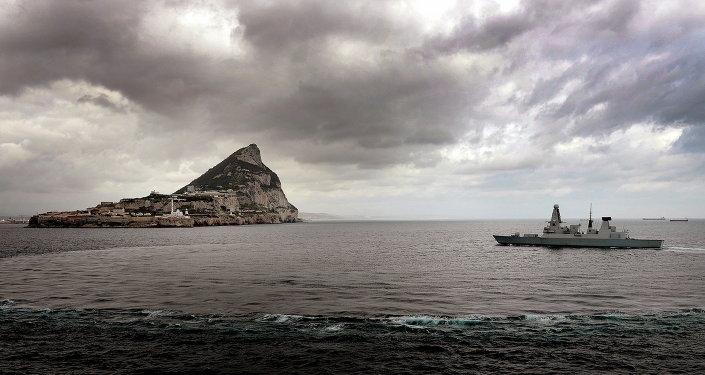 Destructor de la Marina Real Británica cerca de Gibraltar