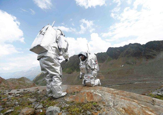 Inigo Munoz Elorza de España y Stefan Dobrovolny de Austria durante la imitación de la misión a Marte en Kaunertal, Austria, el 7 de agosto de  2015.