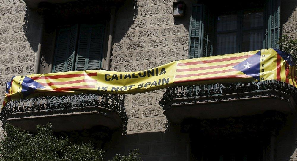 Póster con la bandera independentista de Cataluña en Barcelona, España. La frase en el póster dice «Cataluña no es España»