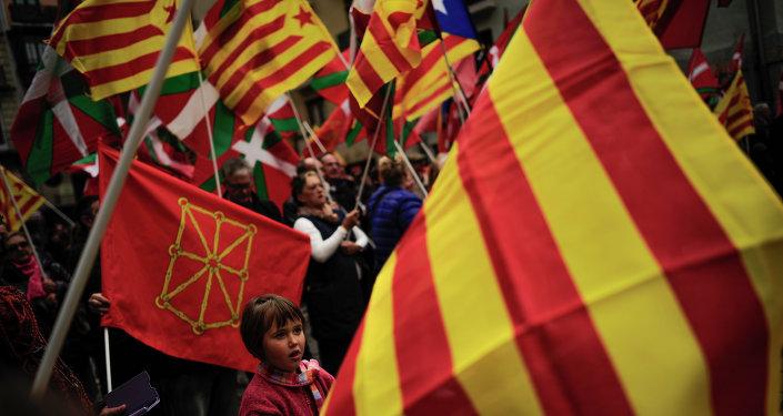 Partidarios de independencia de Cataluña y País Vasco protestan con las banderas de sus regiones