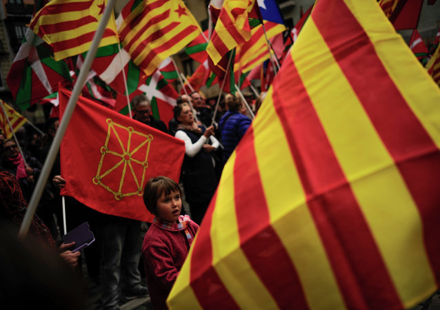 Manifestantes con las banderas de comunidades autónomas españoles