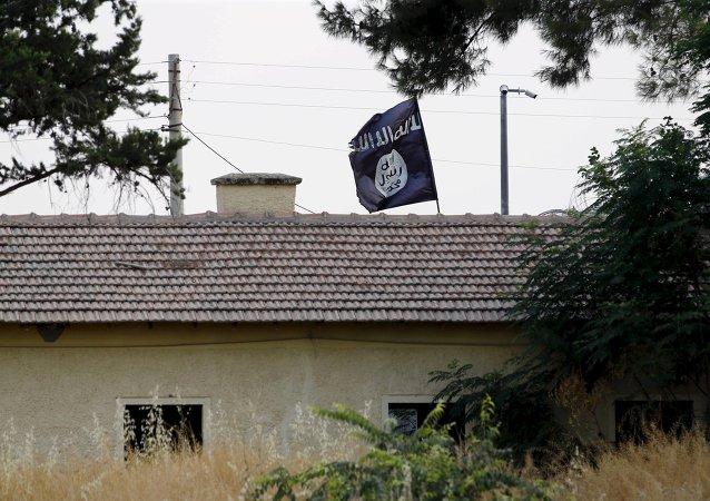 Bandera del Estado Islámico sobre la administración aduanera de la frontera turco-siria en Yarabulus, el 1 de agosto, 2015