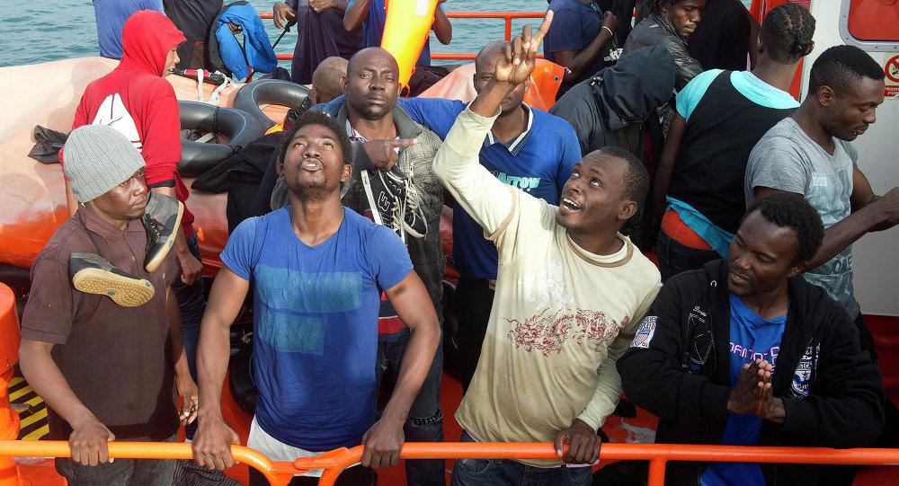 Inmigrantes africanos tras ser rescatados (archivo)