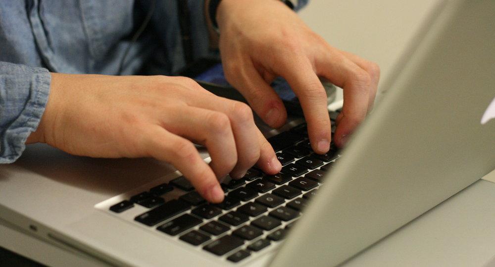 Un hombre usa computadora