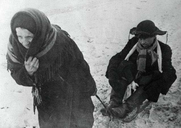 Abuela lleva en el trineo a su nieto extenuado por el hambre durante el sitio de Leningrado