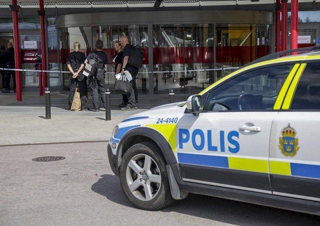 Policías suecos cerca de la tienda de IKEA en la ciudad de Vasteras