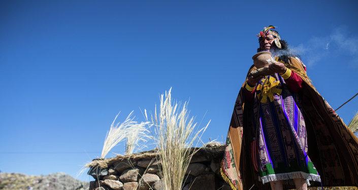 Indígena peruano vestido como rey inca