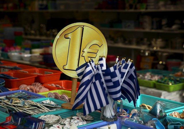 Banderas de Grecia estan de venta en una tienda en Atenas, el 26 de julio, 2015