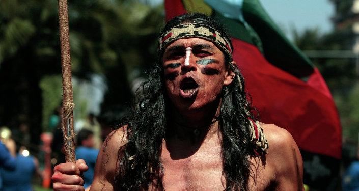 Mapuche participa en la marcha en apoyo de las demandas territoriales de los pueblos indígenas en Santiago, Chile