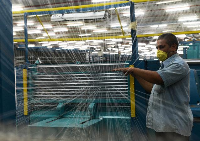 Una fábrica textil en Ahmedabad, India