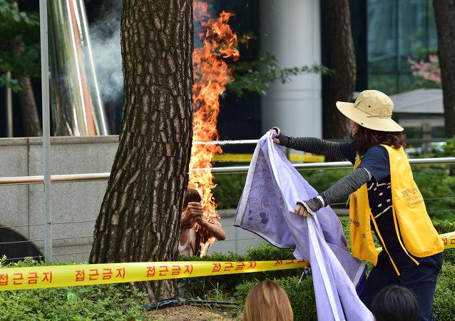 Autoinmolación de un anciano durante una protesta contra los abusos sexuales de Japón en la IIGM