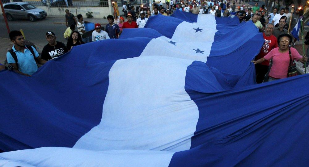 Manifestantes con la bandera de Honduras