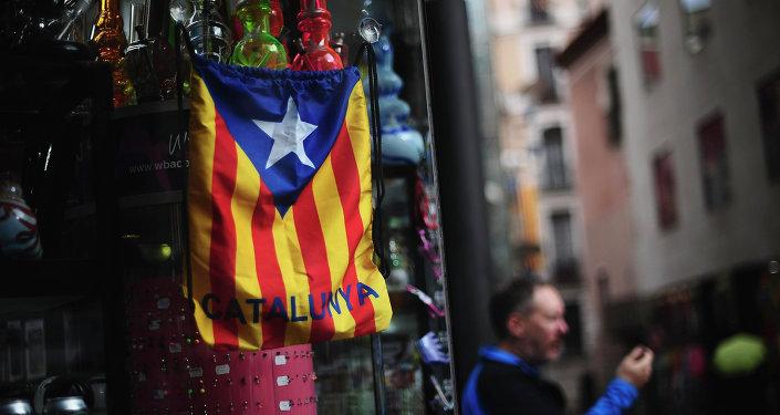 Saco de colores de bandera catalana independentista en Barcelona