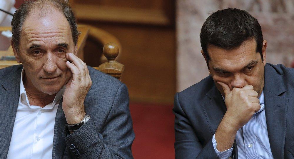 Giorgos Stathakis, ministro de Economía de Grecia, y Alexis Tsipras, primer ministro de Grecia, durante la sesión parlamentaria en Atenas, el 14 de agosto, 2015