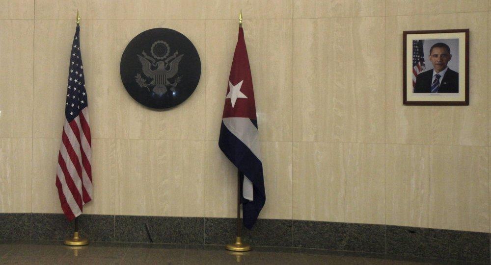Banderas de EEUU y Cuba en la embajada de EEUU en La Habana