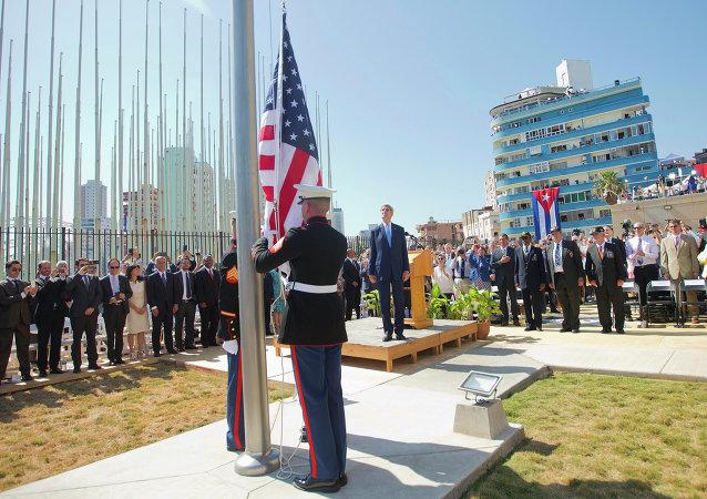 Marines izan la bandera ante la Embajada de EEUU en la Habana, el 14 de agosto, 2015