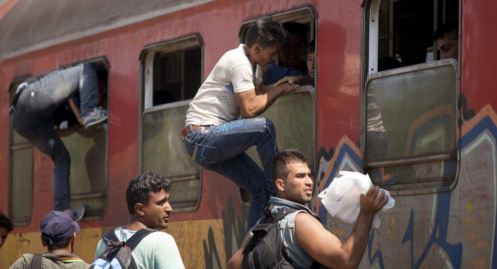 Migrantes abordan un tren en Macedonia