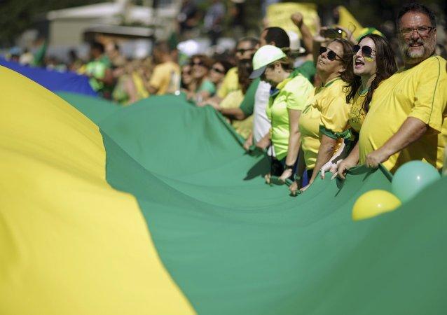"""Miles de manifestantes gritan en Copacabana contra Dilma y """"la amenaza comunista"""""""