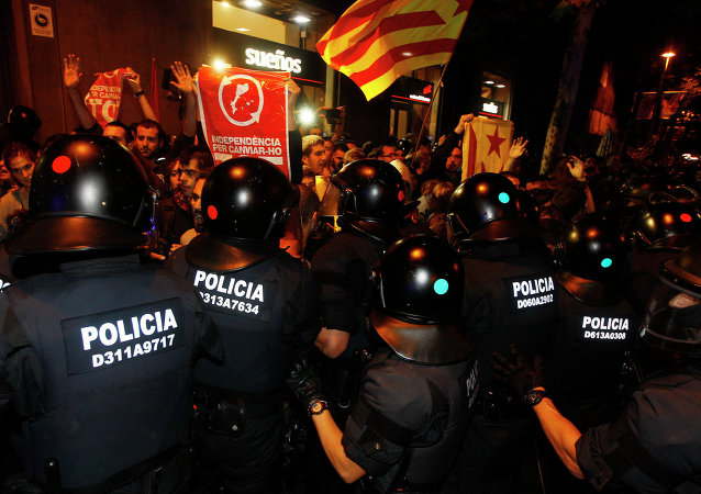 Policías españoles bloquean los miembros de CUP