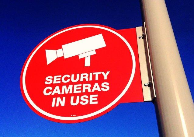 Cartela advierte de una cámara de vigilanсia