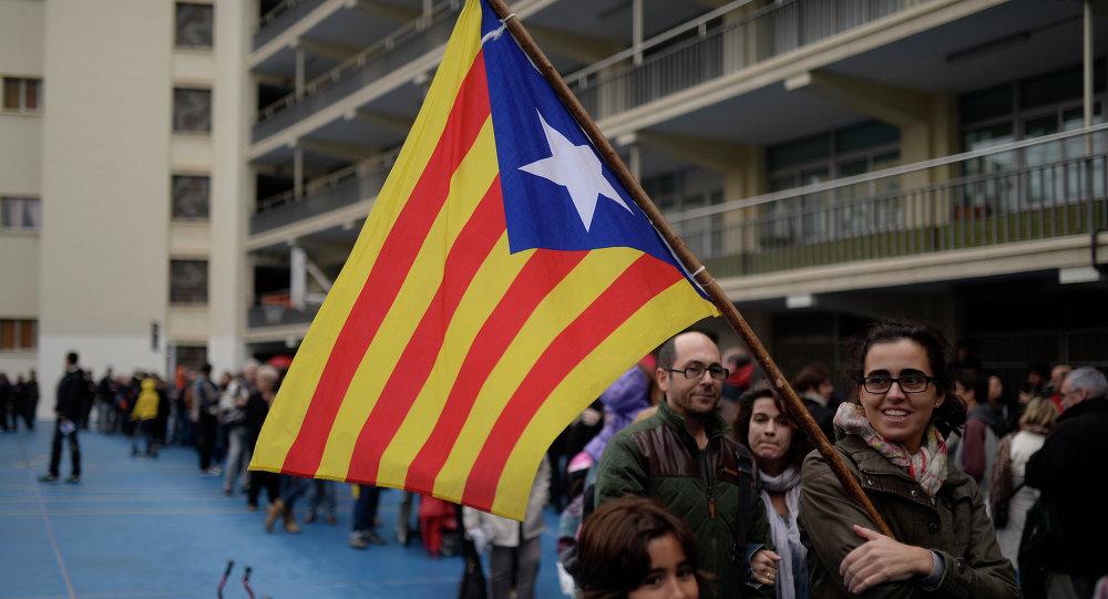 Catalanes con la bandera de Cataluña (archivo)