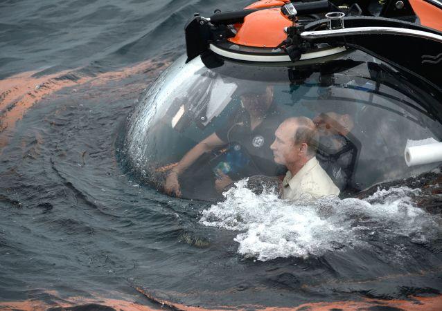 El presidente ruso, Vladímir Putin, desciende en batiscafo a una profundidad de más de 80 metros en el mar Negro