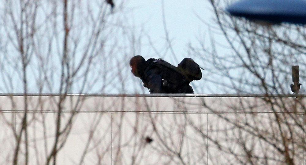 Un policía durante la operación especial contra los hermanos Kouachi en la a localidad de Dammartin-en-Goële, a las afueras de París. 9 de enero de 2015