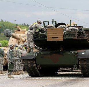 Soldados estadounidenses descargan un tanque M1 Abrams