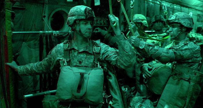 Paracaidistas estadounidenses durante las maniobras Swift Response 15