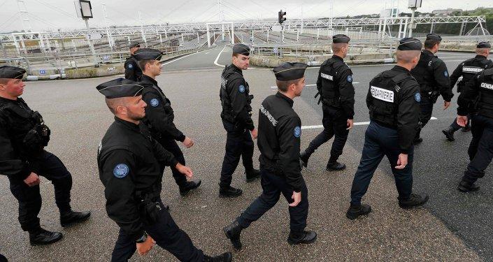 Policías franceses en el puerto de Calais