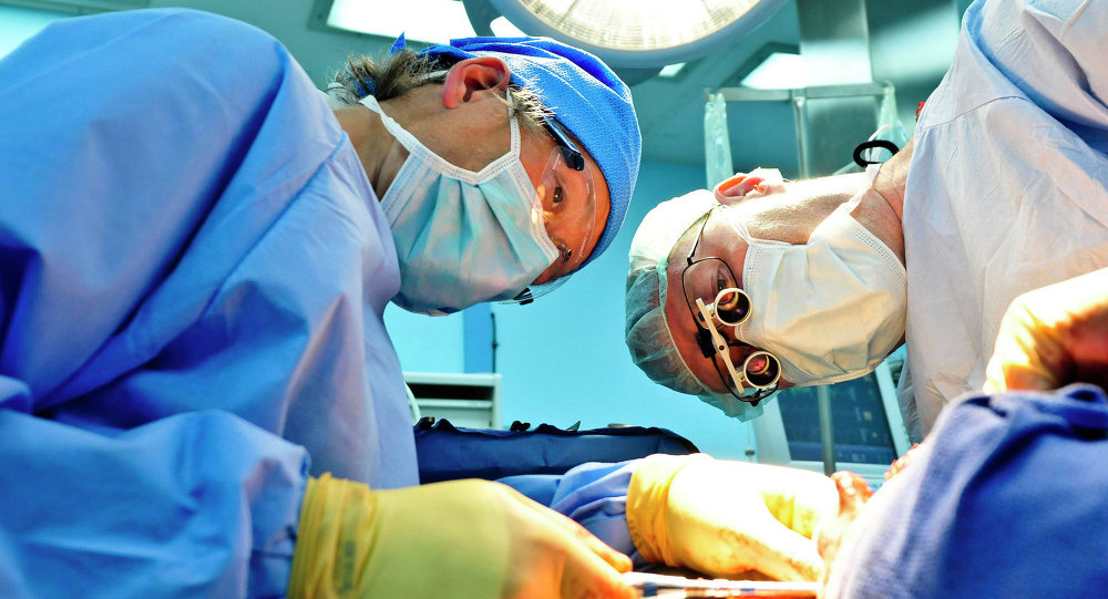 Doctores durante una operación