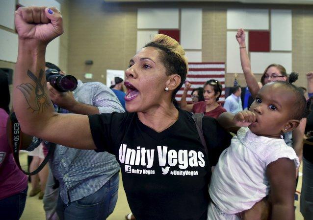 Miembros del movimiento Black Lives Matter protestan durante el discurso de Jeb Bush en Las Vegas