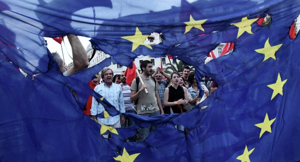 Miembros de los partidos izquierdistas queman la bandera de UE durante la protesta en Salónica, Grecia, el 28 de junio, 2015