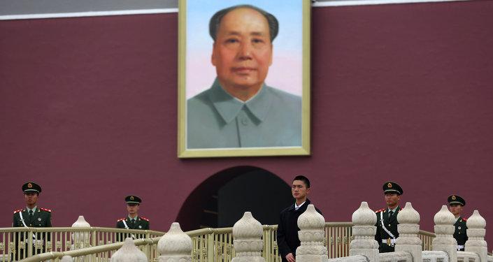 Un retrato del líder comunista chino Mao Zedong en La Puerta de Tiananmen en Pekín