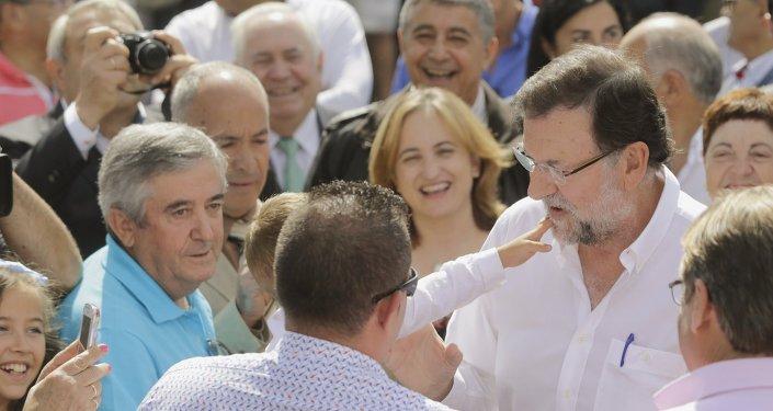 Mariano Rajoy, líder del Partido Popular (PP), durante su visita a Portomarin, norte de España