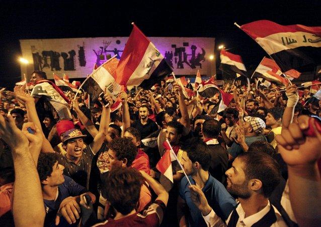 Iraquíes con banderas nacionales durante manifestación