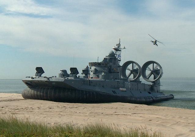 El mayor aerodeslizador del mundo abre un evento militar en Rusia