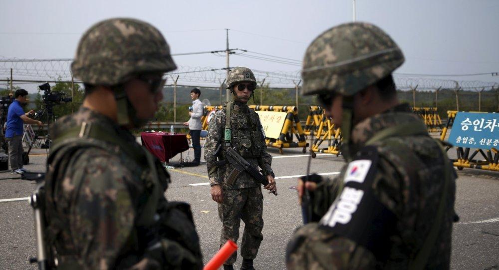 Soldados de Corea del Sur están de guardia cerca de la zona desmilitarizada que separa las dos Coreas