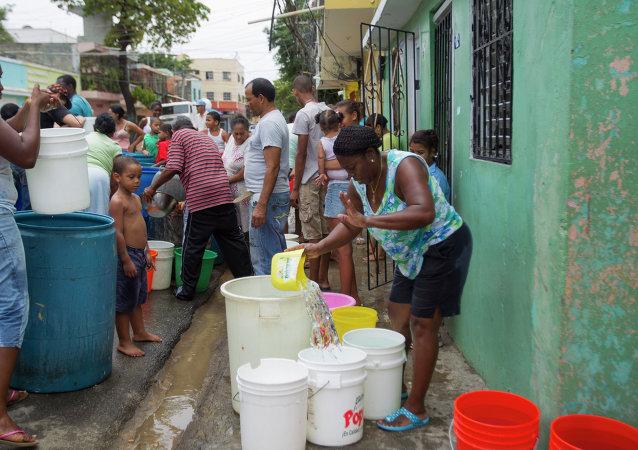 Dominicanos reciben agua dulce durante sequía en el país