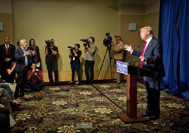 Trump expulsa al periodista mexicano Ramos de una rueda de prensa
